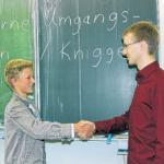 Schüler lernen, wie man sich begrüßt.